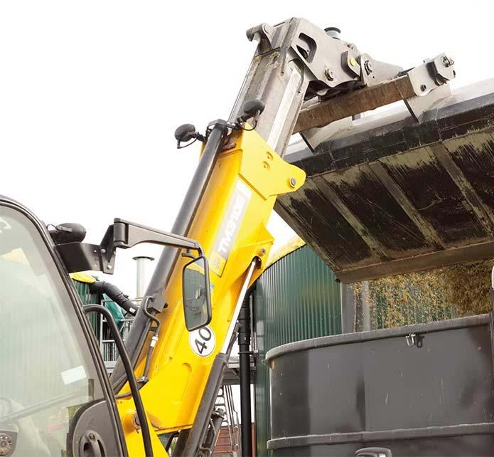 Die Biogasanlage wird mittels eines Teleskopladers mit Substrat gefüttert.